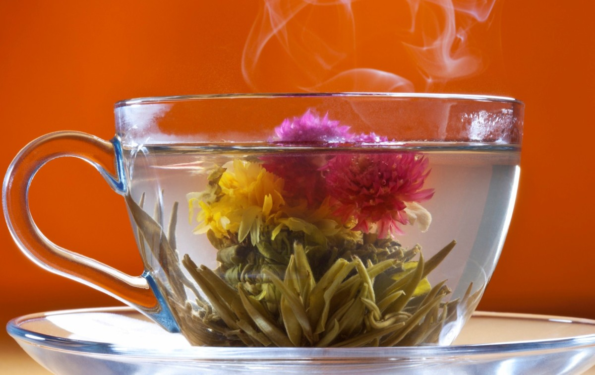 Связанный чай, распустился в чашке