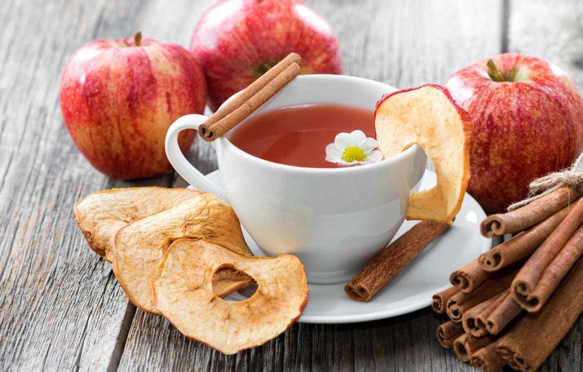 Напиток из яблок и корицы, помимо своего бодрящего насыщенного вкуса, имеет большое количество полезных свойств