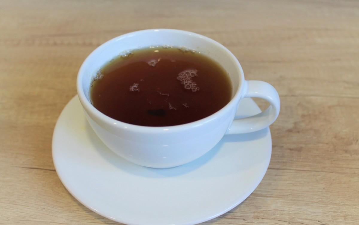 Чашка черного чая с плодом дуриана