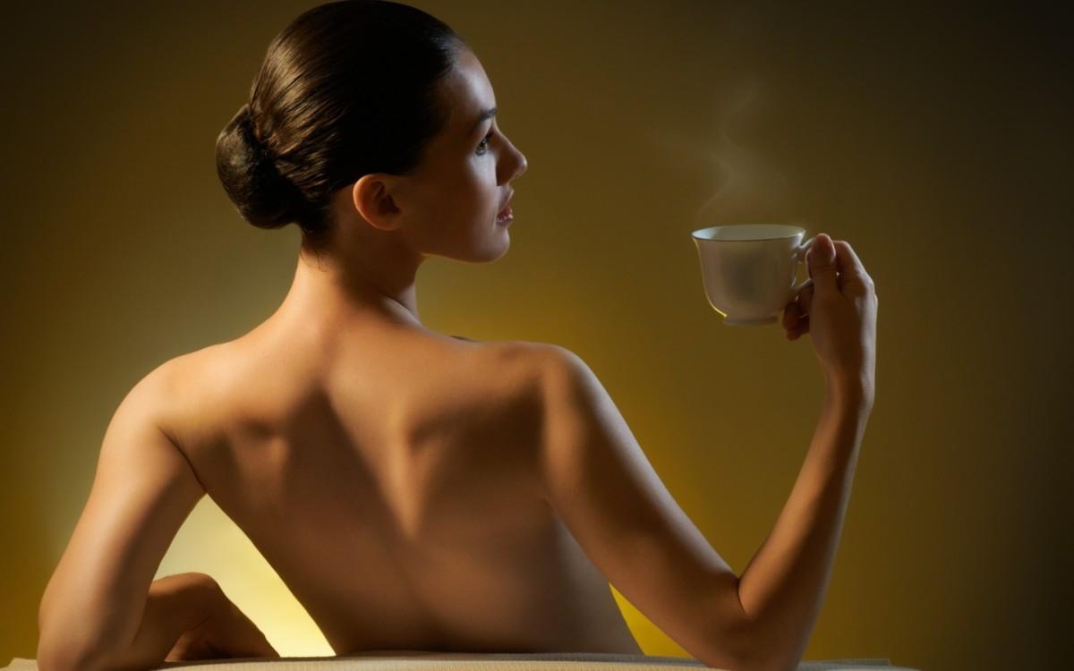Польза каркаде для женщин всех возрастов заключается в том, что чай содержит не только витамины, но и гормоны, полезные для женского организма
