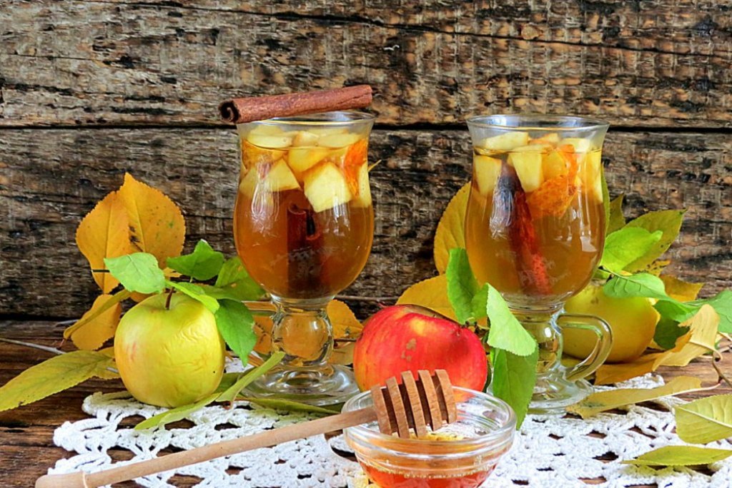Яблоко придаёт чаю особый аромат, а капелька меда — пикантный вкус