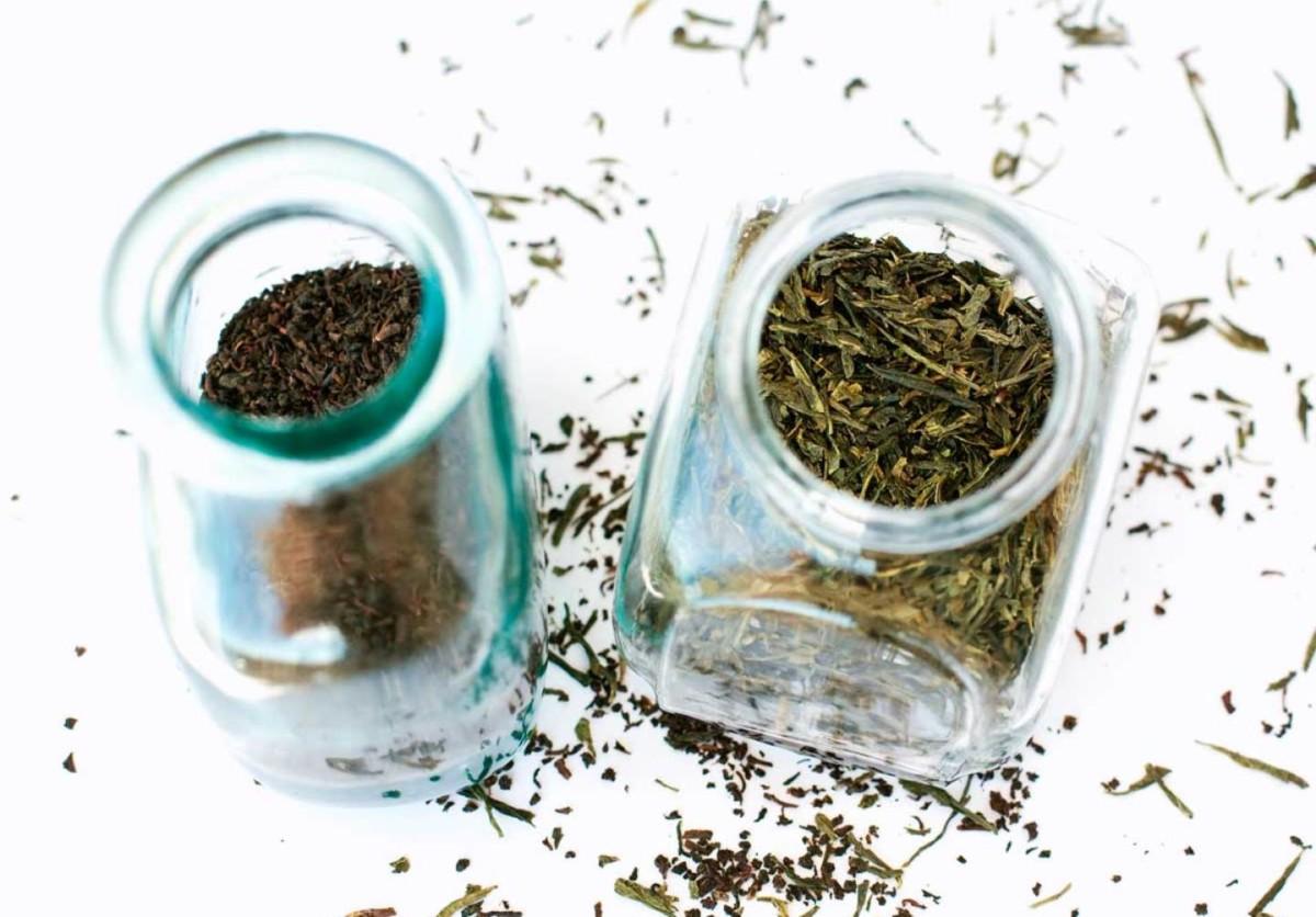 Стеклянные бутылки черного и зеленого чая
