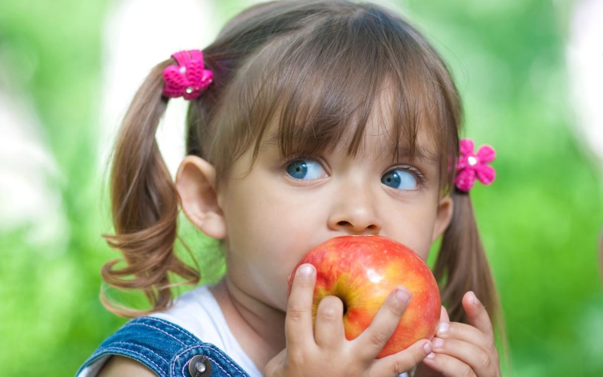 Обычные яблоки питательны и полезны, в кожуре и мякоти присутствует огромное количество витаминов и минералов