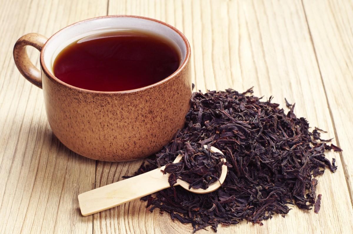 Заварка и черный чай в чашке