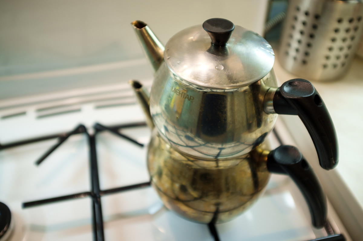 Кипятить повторно чай нельзя, можно подливавть воду в кипящий чайник