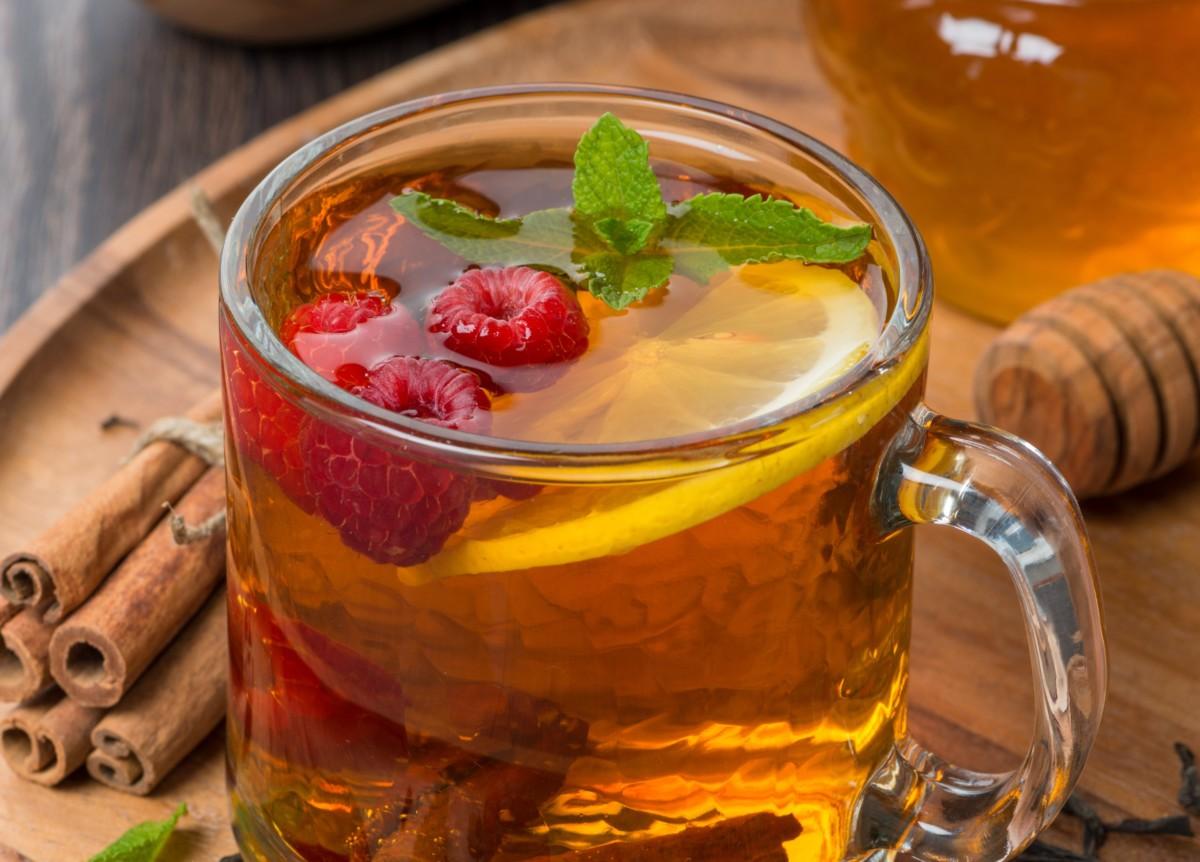 Чай с малиной и корицей