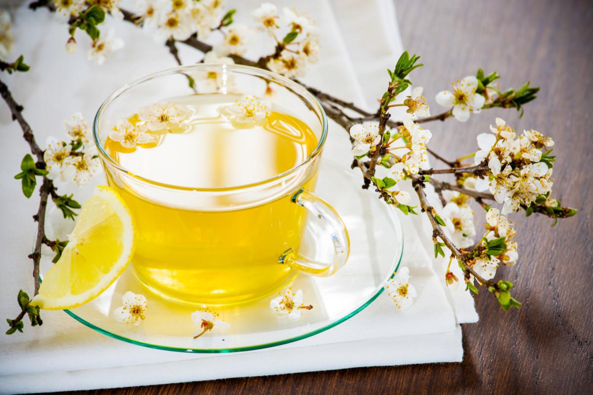 Травяной чай с цветками календулы и лимонной цедрой