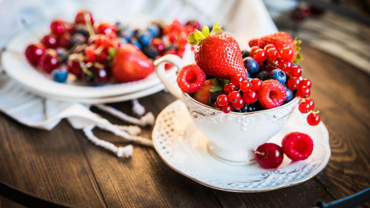 Ягоды с яблочным чаем оказывают оздоровительный эффект на организм