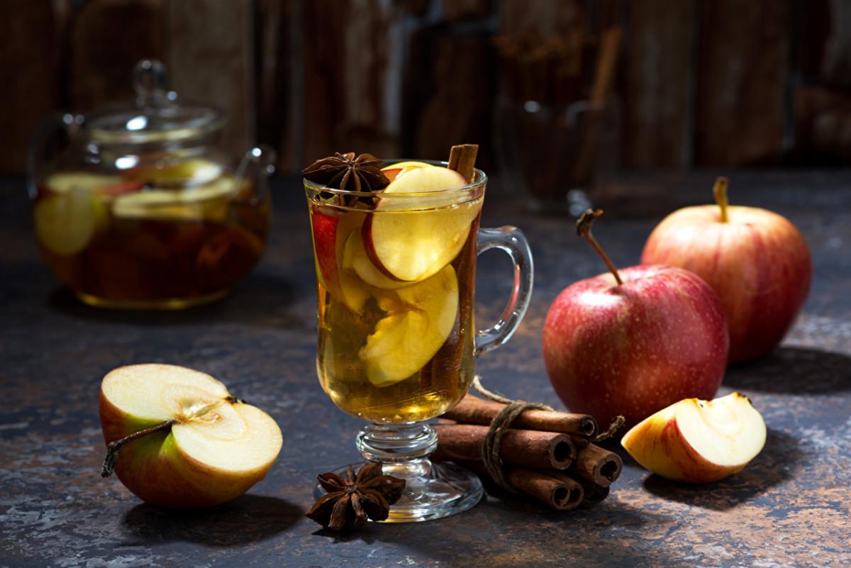 Этот натуральный напиток готовят из свежих или высушенных яблок и чайной заварки