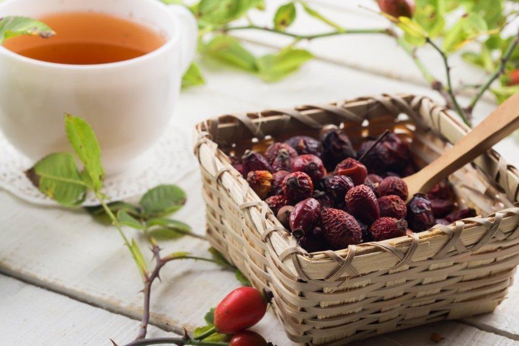 В плодах боярышника и шиповника содержатся витамины, флавоноиды и дубильные вещества
