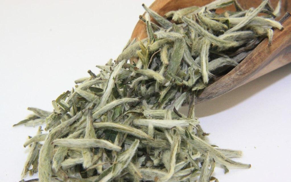Бай Хао Инь Чжень обладает тонким вкусом с ароматом цветов и трав
