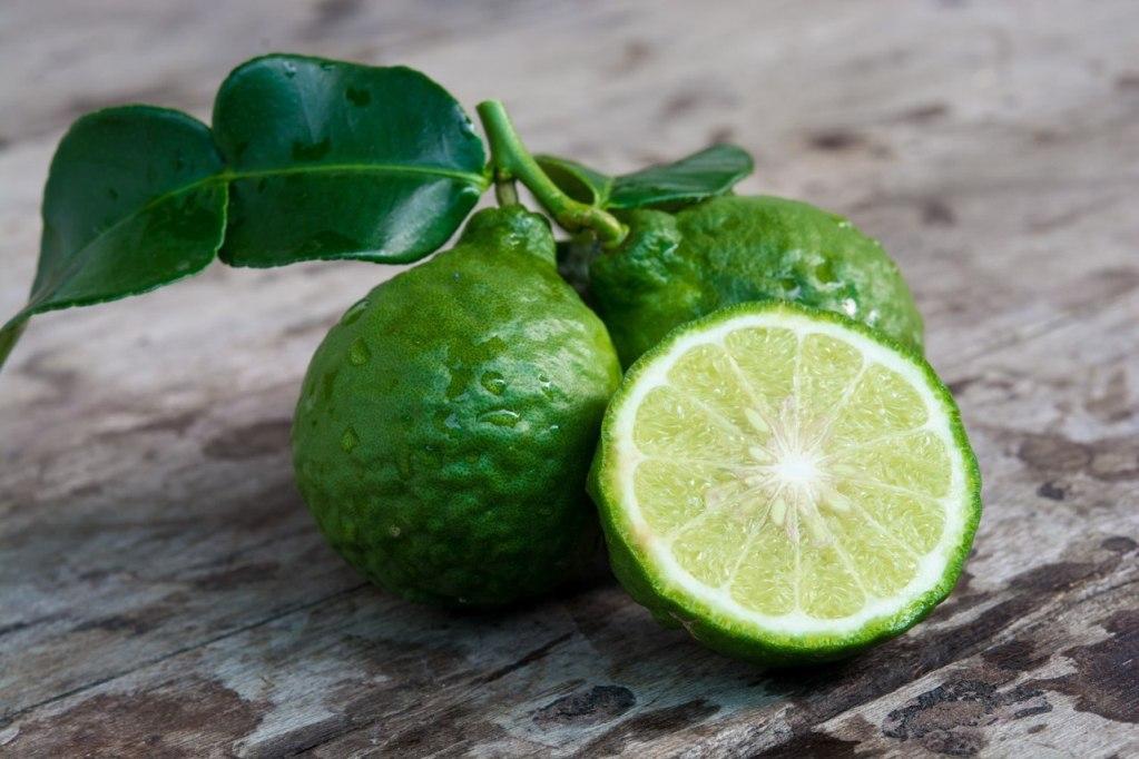 В чай идут только эфирные масла, а не дольки фрукта или цедра
