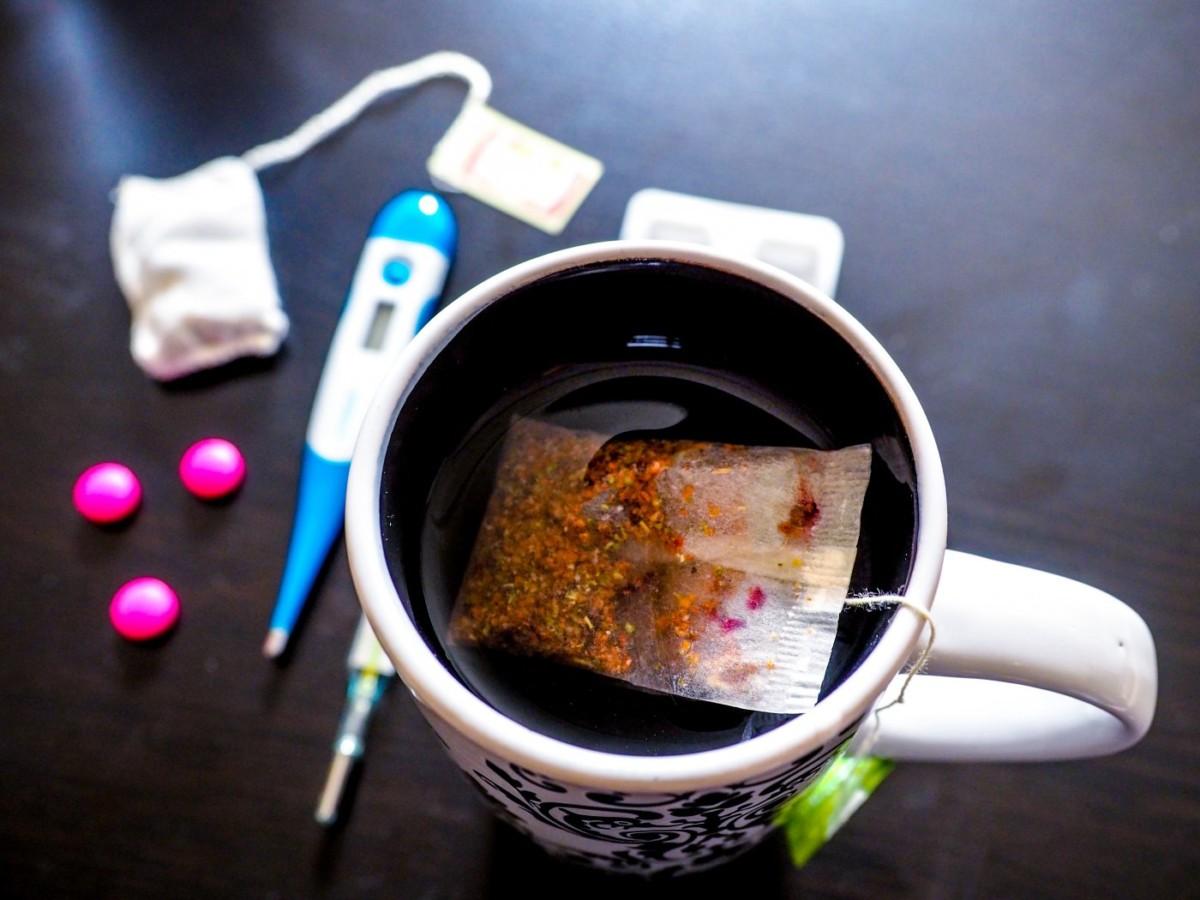 О возможности запивать лекарство чаем надо читать в инструкции к препарату