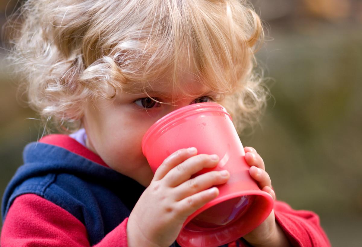 Ребенок с чаем