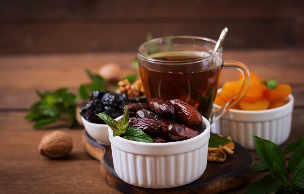 Сухофрукты можно добавить в чай или употребить как дополнение