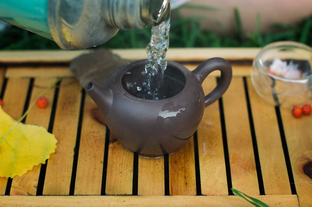 Любой чайник перед завариванием обдается кипятком для получения необходимой температуры