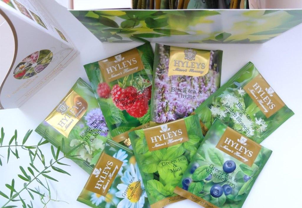 Выпускается в пакетиках, в которых к чайным листьям добавляются травы, цветы и ягоды