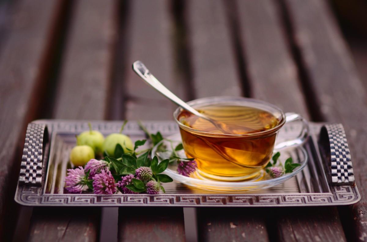 Чай из яблок и трав станет отличным поводом собрать в уютном доме всю семью и друзей
