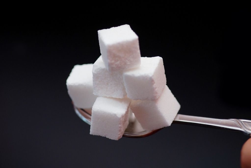 Калорийность сахара составляет 398 калорий на 100 гр