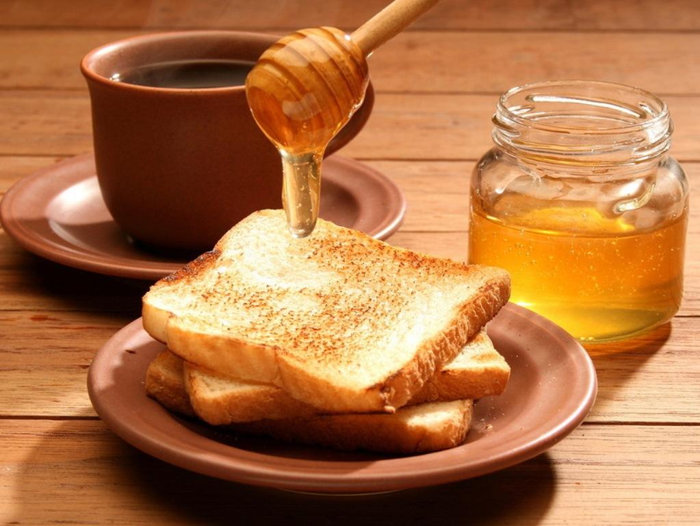 Лучше всего употреблять мед вприкуску с чаем