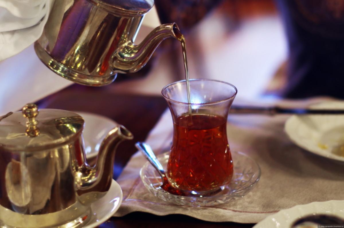 Одна закладка заварки в двухуровневом чайнике рассчитана на 3-4 часа чаепития