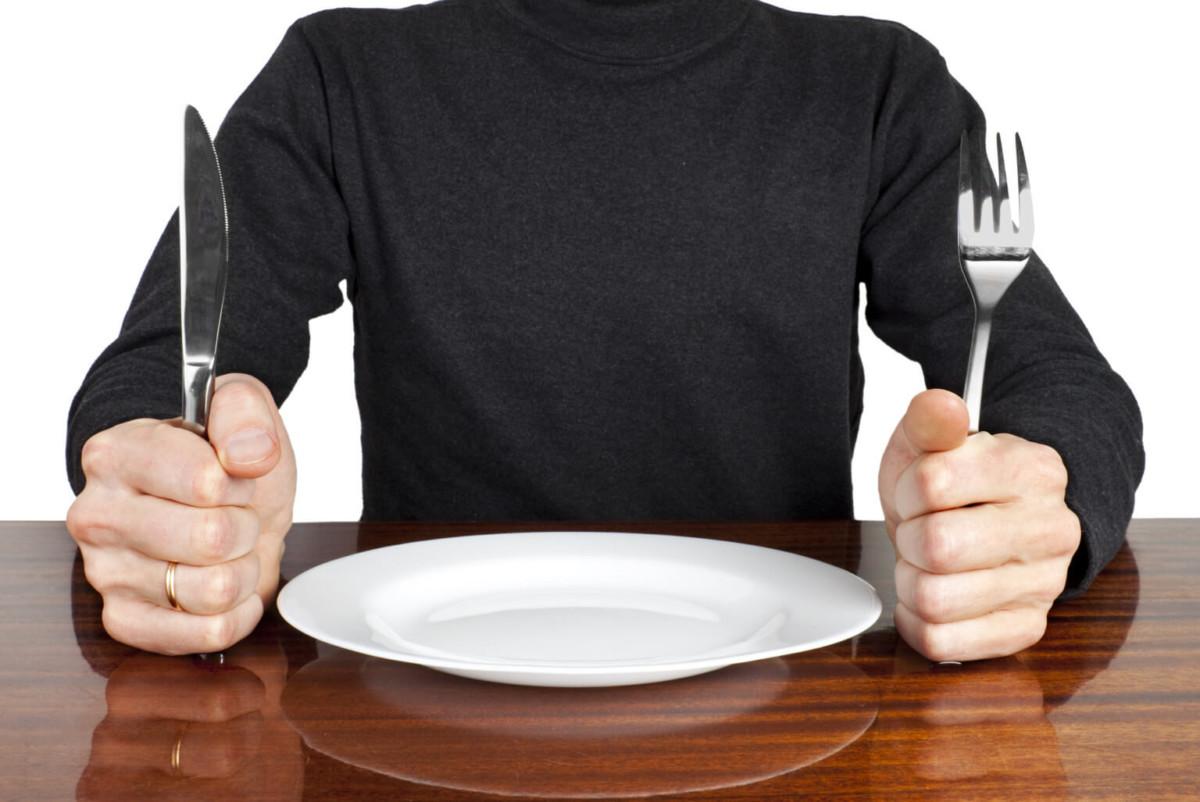 Анализ крови желательно сдавать до приема пищи, от напитков тоже лучше отказаться