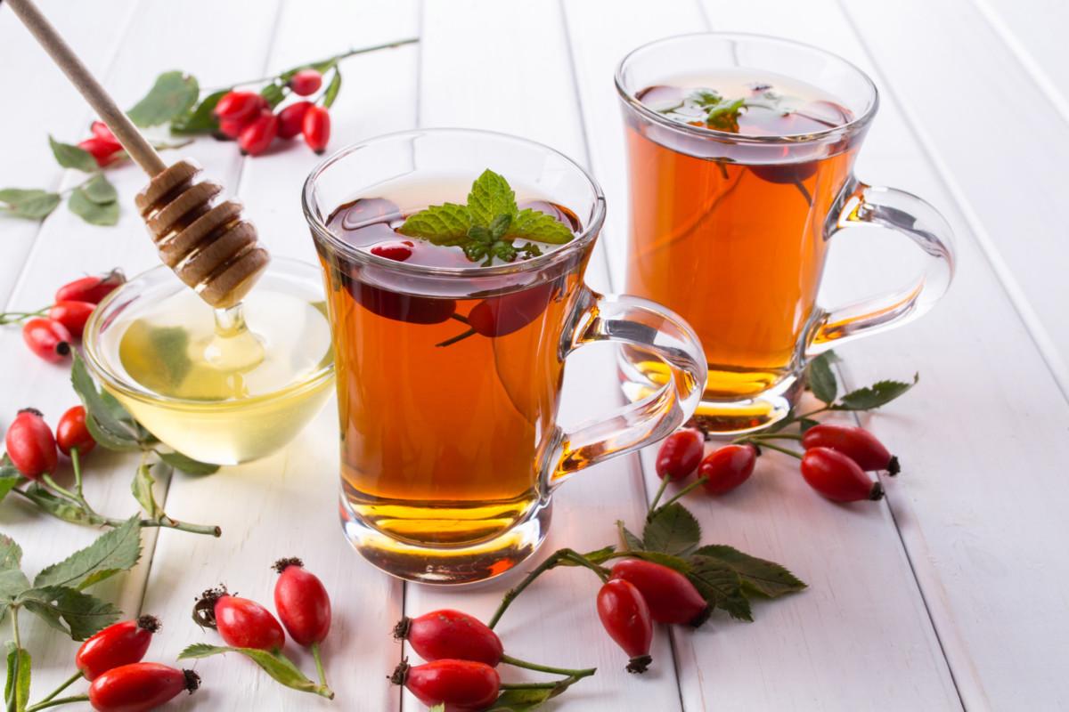 Чай из шиповника и мяты полезен для желудочно-кишечного тракта