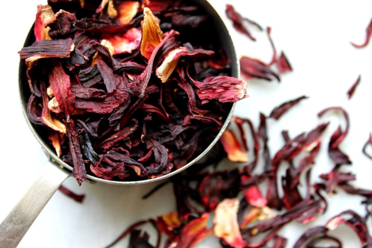 Каркаде чай не случайно стал таким популярным, в нем содержится огромное количество полезных веществ