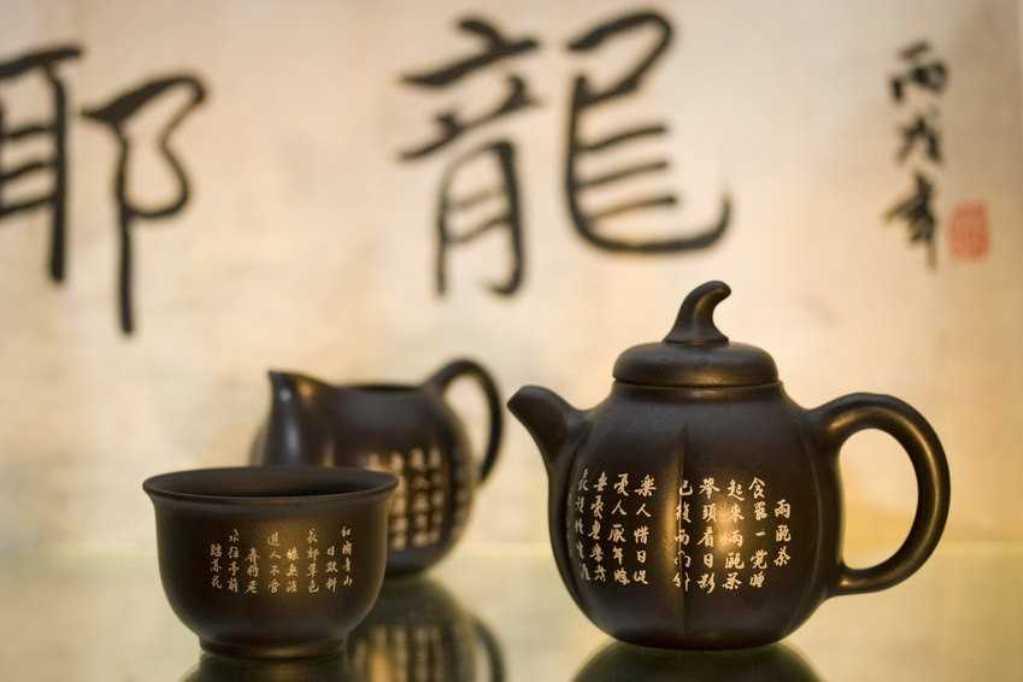Лучшим вариантом станет небольшой глиняный или керамический чайник с толстыми стенками